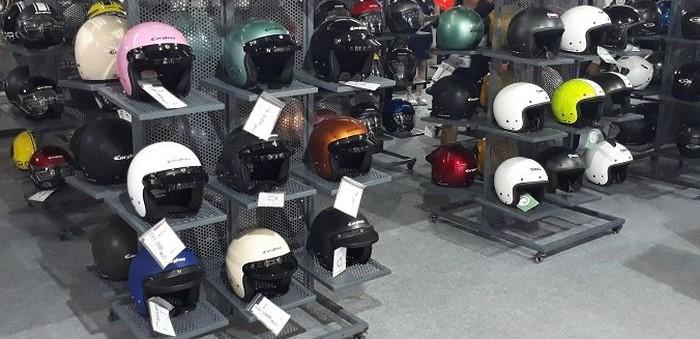 Deretan helm Cargloss di sebuah outlet resmi Cargloss Helmet yang banyak diincar pemotor