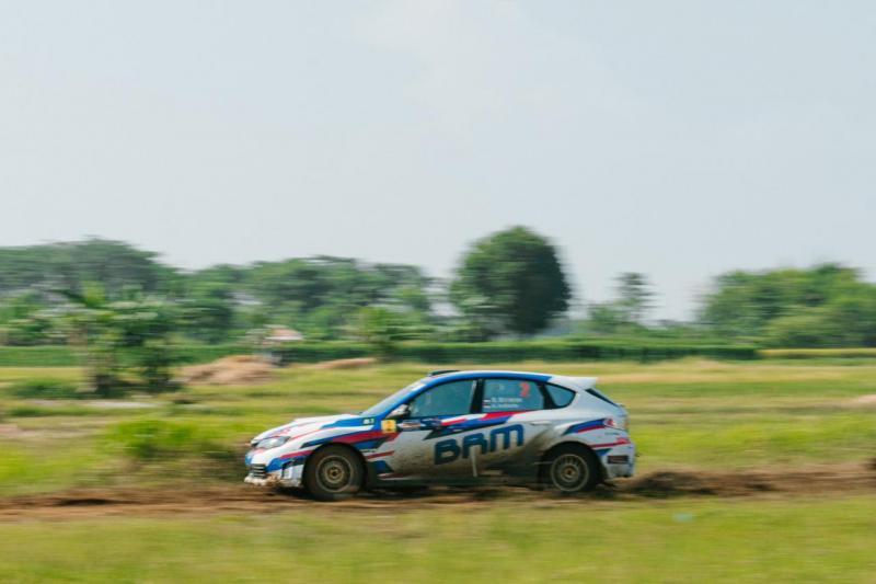 Ryan Nirwan dan Adi Indiarto bersaha mengejar waktu Rifat Sungkar di Kejurnas Sprint Rally Tenjung Lesung 2021. (foto: ist)