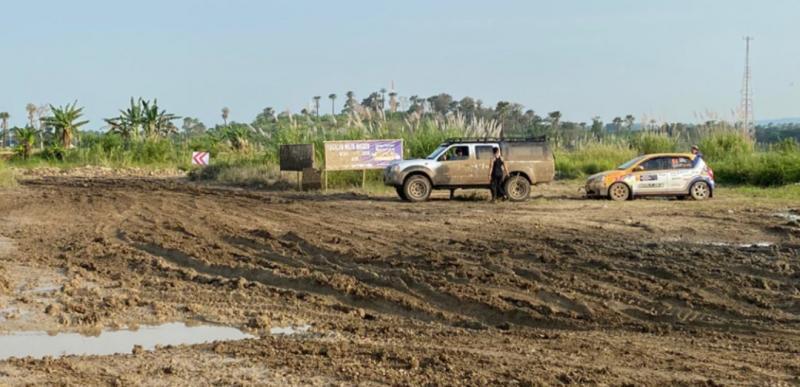 Mobil reli Anjasara Wahyu ditarik ke luar pasca kecelakaan (foto: ist)