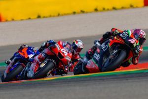 Andrea Dovizioso (04) saat mengejar Aprilia RS-GP tahun lalu, dan tahun ini ia menguji motor saingan Ducati itu. (Foto: motogp)