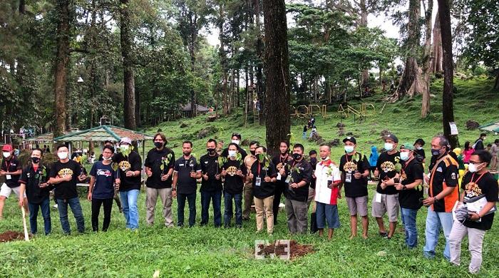Member Toyota Etios Valco Club Indonesia (TEVCI) melakukan aksi bersama dengan menanam pohon di Kuningan Jawa Barat