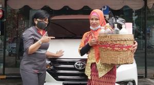 Kisang pedagang jamu gendong dari Solo yang membeli Toyota Rush di Auto2000 Asia Afrika Bandung