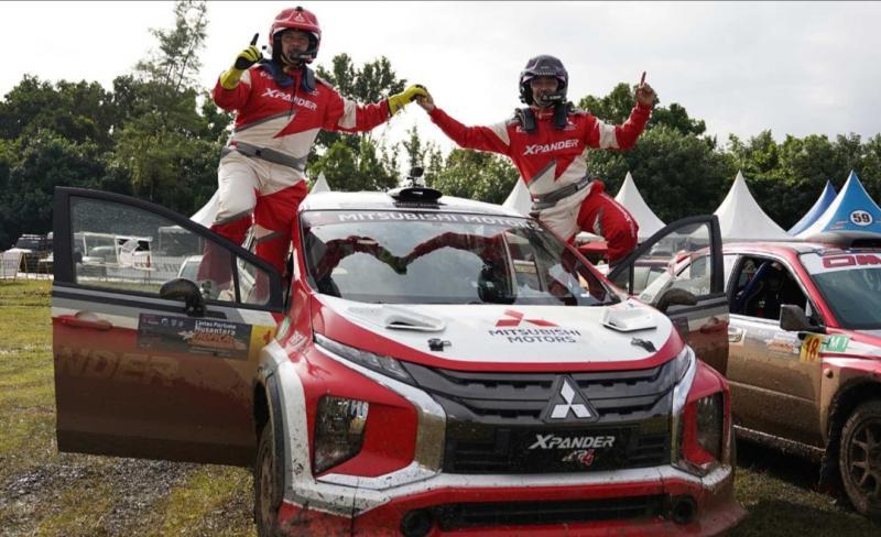 Pereli Xpander Rally Team Rifat Sungkar dan navigator M Redwan rayakan kemenangan di atas Xpander AP4, kejurnas sprint rally di Tanjung Lesung kemarin
