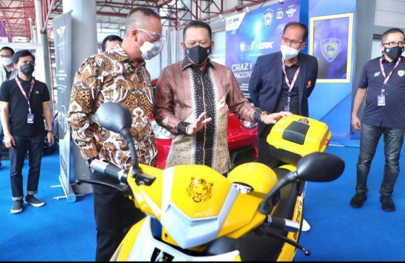 Bamsoet memamerkan motor listrik buatan dalam negeri BS Elektrik di pameran otomotif IIMS Hybrid 2021 di JI-Expo Kemayoran Jakarta hari ini