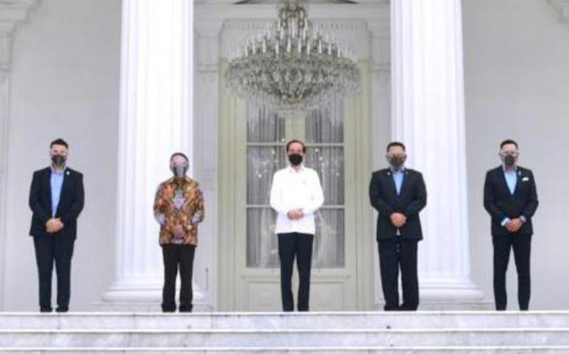 Bamsoet (kedua dari kanan) berfoto bersama Presiden Jokowi dan Menpora Zainudin Amali di teras Istana Negara Jakarta kemarin