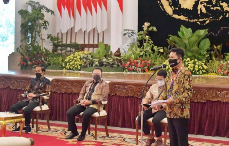 Presdir Dyandra Promosindo Hendra Noor Saleh menyampaikan laporan IIMS Hybrid 2021 di hadapan Presiden Jokowi, Ketua MPR Bamsoet dan Menparekraf Sandiaga Uno di Istana Negara Jakarta tadi pagi