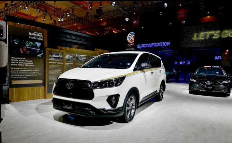 Kijang Innova berkelir emas 50 tahun Toyota di Indonesia mejeng di arena IIMS Hybrid 2021 di JI-Expo Kemayoran hari ini