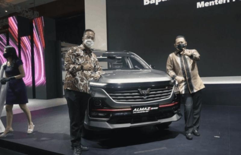 Ketua MPR RI Bamsoet dan Menperin Agus gumiwang di booth Wuling mejeng bersama SUV Almas RS