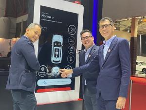 Petinggi MG Indonesia memperkenalkan teknologi i-SMART yang mendukung produk mereka