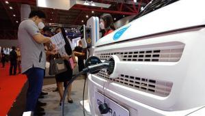 Seorang pengunjung menanyakan spesifikasi dari DFSK Gelora E yang nongkrong di Booth DFSK di IIMS Hybrid 2021, Kamayoran, Jakarta Pusat (Mobilinanews)