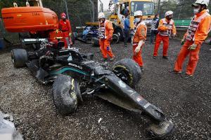 Bangkai Mercedes W12 milik Valtteri Bottas yang dihajar oleh pembalap Williams George Russell. (Foto: motorsport)