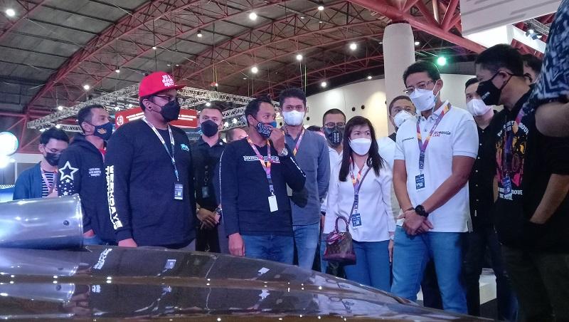 Menteri Pariwisata dan Ekonomi Kreatif, Sandiaga Uno sata mengunjungi salah satu booth kendaraan costum di IIMS Hybrid 2021