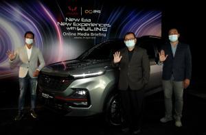 Petinggi Wuling Motors Indonesia saat berpose bersama unit Almaz RS yang dibekali dengan fitur canggih