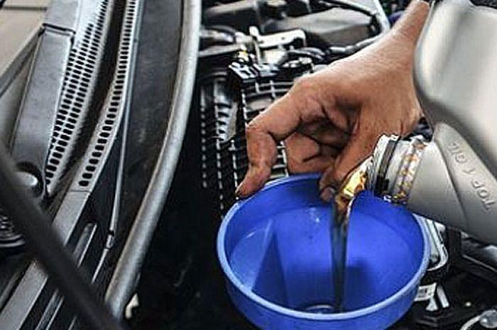Ilustrasi menambah oli pada mesin agar sesuai dengan takaran yang telah ditentukan