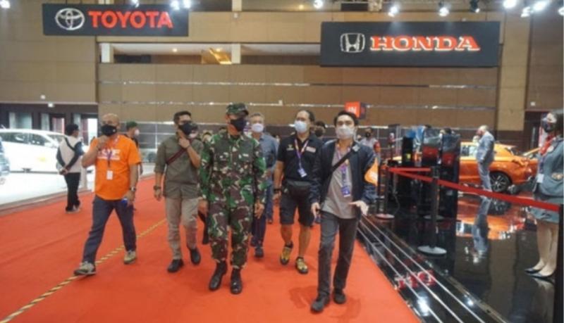 Letjen TNI AM Putranto mengunjungi IIMS Hybrid 2021 didampingi Hendra Noor Saleh dan Rudi MF dari PT Dyandra Promosindo