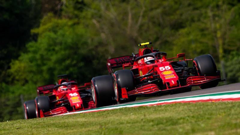 Duet Ferrari Carlos Sainz dan Charles Leclerc, happy dengan SF21 yang sayangnya dengan pengembangan terbatas musim ini. (Foto: racingnews365)