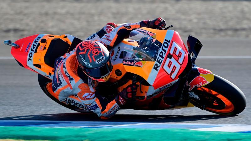 Gaya khas Marc Marquez di tikungan, kini siku tangannya tak lagi sekuat sebelumnya. (Foto: motorsportmagazine)