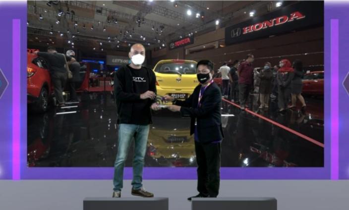 Adhi Parama Sugardha dari PT Honda Prospect Motor menerima award dari Hendra Noor Saleh sebagai booth penerapan prokes CHSE terbaik