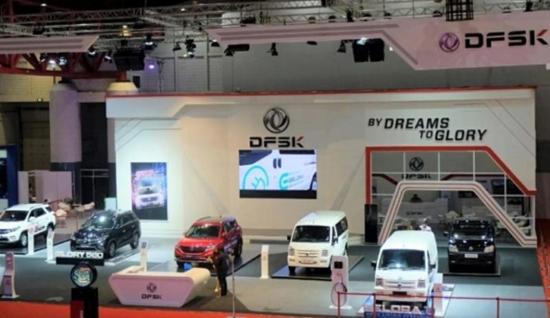 Deretan mobil DFSK dalam booth di pameran IIMS Hybrid 2021 di Hall A, JIExpo Kemayoran, Jakarta Pusat
