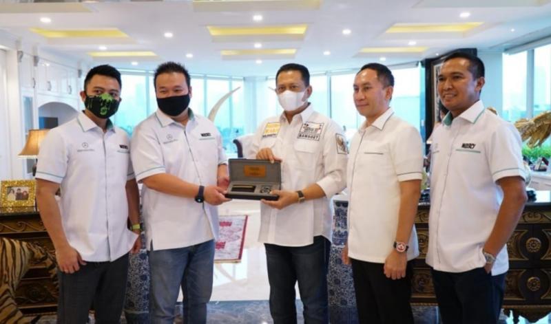 Bamsoet menerima plakat dari komunitas Mercedes-Benz 212 dan 213 Club Indonesia di Jakarta hari ini.