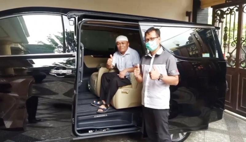 Petugas Auto2000 Sudirman Menara Astra, Andi Pras bersama H. Mahyudin saat serah terima kendaraan Toyota Alphard
