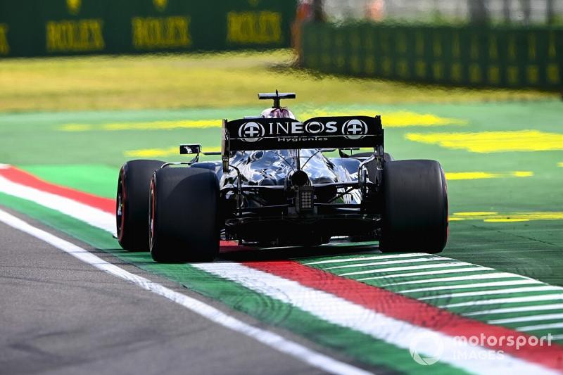 Ini contoh pelanggaran track limit oleh Lewis Hamilton dengan Mercedes W12-nya. (Foto: motorsport)