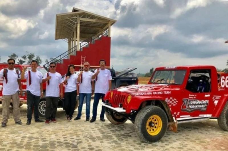 H Jimmy Syamsudin (paling kanan), Memen Harianto (kedua dari kiri) bersama jajaran manajemen Suwarnadwipa Nusantara Circuit Muara Bungo Jambi. Foto diambil sebelum Covid-19. (foto : dok suwarnadwipa nc)