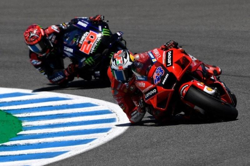 Fabio Quartararo (Yamaha) versus Jack Miller (Ducati) di GP Spanyol 2021, terganggu isu arm pump. (Foto: ist)