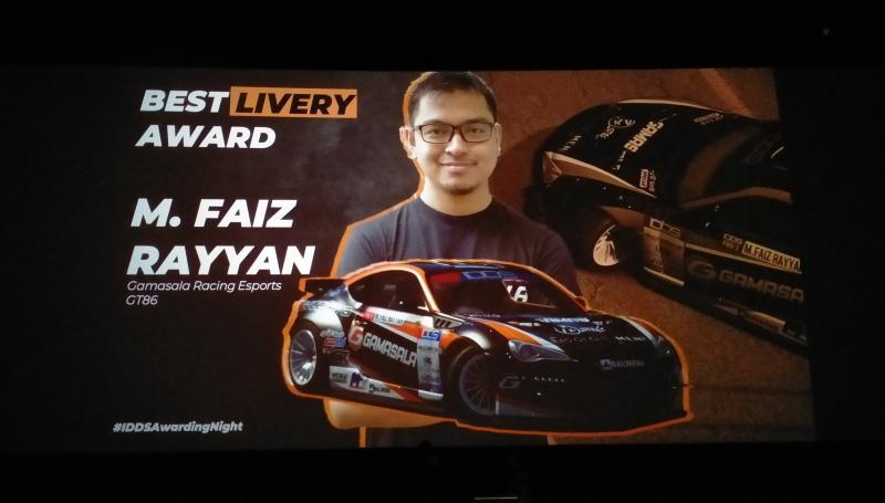 Faiz Rayyan menerima award sebagai Best Livery pada Drifters Awarding Night di Cinapolis MaxxBox Lippo Village Karawaci, Minggu malam