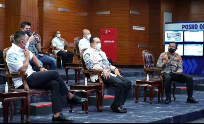 Bamsoet didampingi Sekjen IMI Ahmad Sahroni dan Waketum Ananda Mikola mendengarkan seksama penjelasan Kakorlantas Polri Irjen Pol Istiono di NTMC Jakarta hari ini