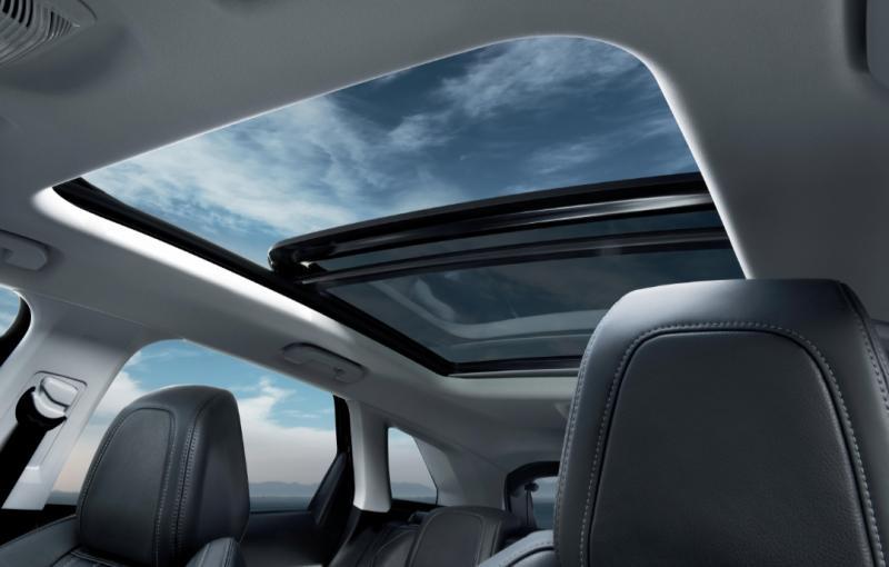 Sunroof model panoramic menjadi fitur standard SUV Premium Peugeot 3008 dan 5008, baik GT-Line atau Allure Plus.