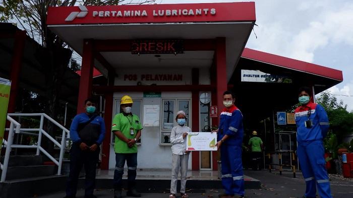 Anak yatim mendapat santunan dari perwakilan PT Pertamina Lubricants