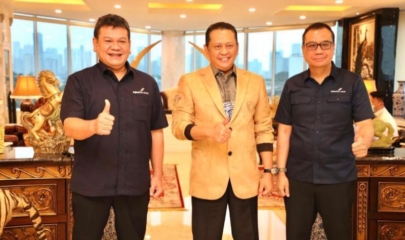 Bamsoet (tengah) bersama Direktur Utama PT Angkasa Pura 1 Faik Fahmi, dan Direktur Operasional Wendo Asrul Rose