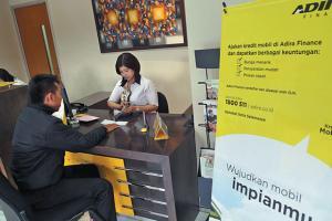 Petuga Adira Finance melayani nasabah yang melakukan kredit mobil melalui Adira