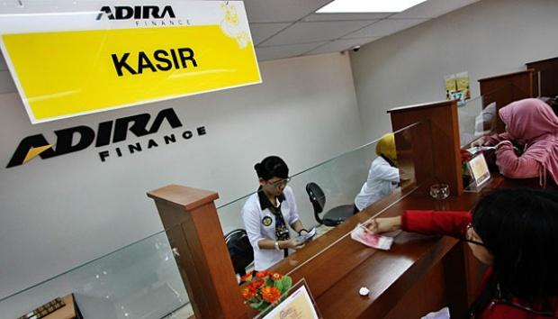 Karyawan Adira Finance sementara melayani kostumer yang membayar cicilan kredit kendaraan di sebuah kantor cabang