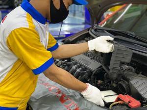 Teknisi Honda melakukan perawatan mobil konsumen untuk memastikan unit tetap prima
