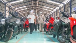 Jenderal TNI Moeldoko kunjungi pabrik sepeda motor listrik Gesits di Cilengsi, Bogor