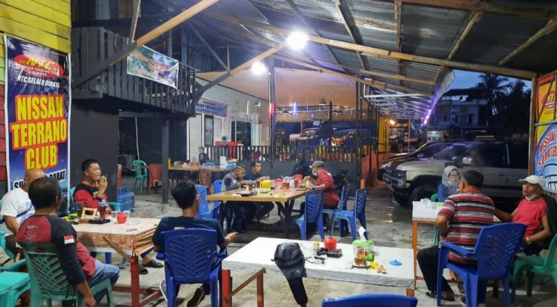 Tim Reaksi Cepat menyiapkan paket makanan untuk Panti Asuhan. (foto : ende)