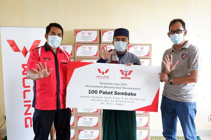 Perwakilan menyerahkan donasi 100 paket sembako ke Yayasan Yatim Piatu & Du`afa Ma`had Tahfidzul Qur`an Al-Hasyimiyah di Bogor