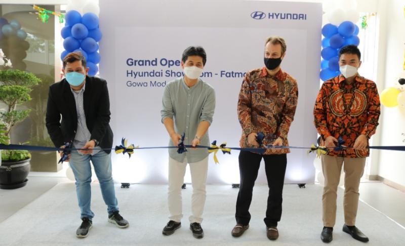 COO Hyundai Motor Indonesia Makmur dan perwakilan PT Gowa Modern Motor pada peresmian dealer baru Hyundai Fatmawati