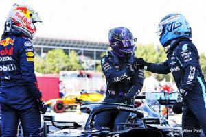 Valtteri Bottas sambangi Lewis Hamilton usai GP Spanyol 2021, tak ada team order. (Foto: wirespool)