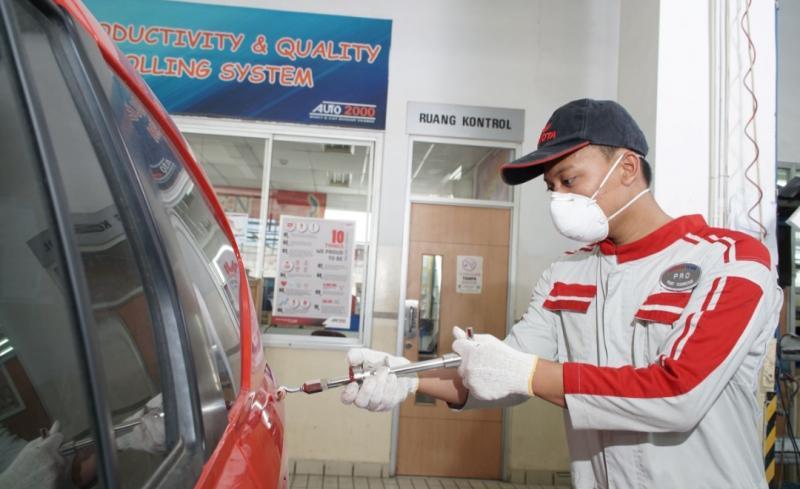 Mekanik Auto2000 Body & Paint sedang melakukan perbaikan kendaraan AutoFamily