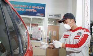 Mekanik Auto2000 Body & Paint sedang melakukan perbaikan kendaraan Toyota AutoFamily
