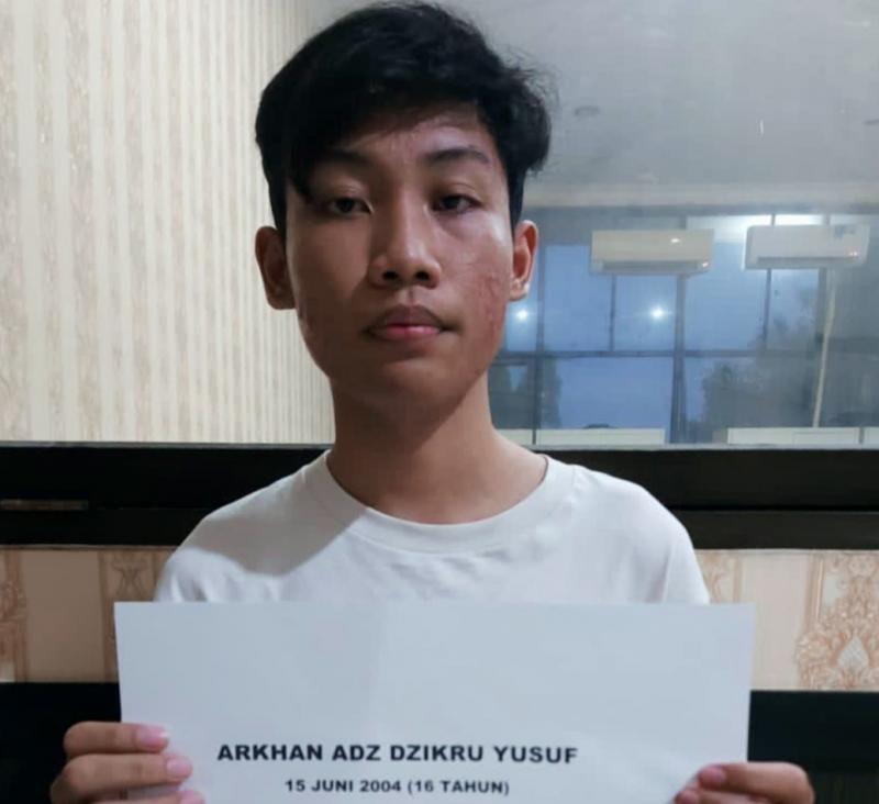 Arkhan Adz Zikroe Yusuf yang masih 16 tahun dan menerobos pos penyekatan mudik di Klaten dengan VW Beetle kuning gadingnya