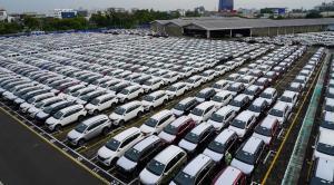 Deretan produk Daihatsu yang terparkir di sebuah lokasi pabrik setelah proses produksi