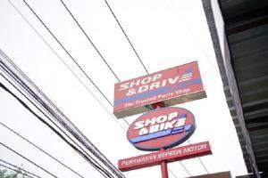 Ilustrasi logo Shop & Drive dan Shop & Bike untuk perawatan mobil dan motor konsumen