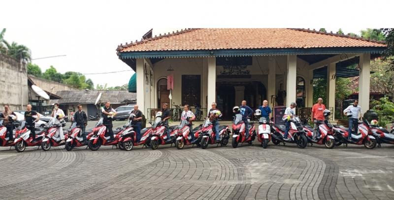 Para partisipan Legend Bikers Club Expedisi O Km saat lakukan persiapan di Warung Solo