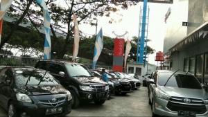Sebuah outlet mobil88 di Bandung yang dipenuhi dengan mobil bekas berkualitas yang telah melewati pemriksaan oleh mekanik