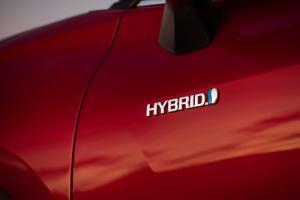Salah satu mobil Toyota dengan emblem Hybrid sebagai pengembangan berjenjang menuju mobil listrik