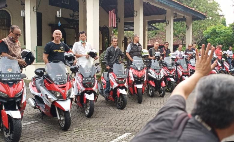 Para peserta Legend Bikers Club Expedisi 0 Km, dari berbagai kalangan dan lintas generasi balap. (foto : bs)